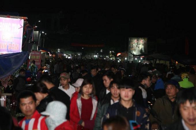 Dòng người nô nức đổ về chợ Viềng ngày một động.