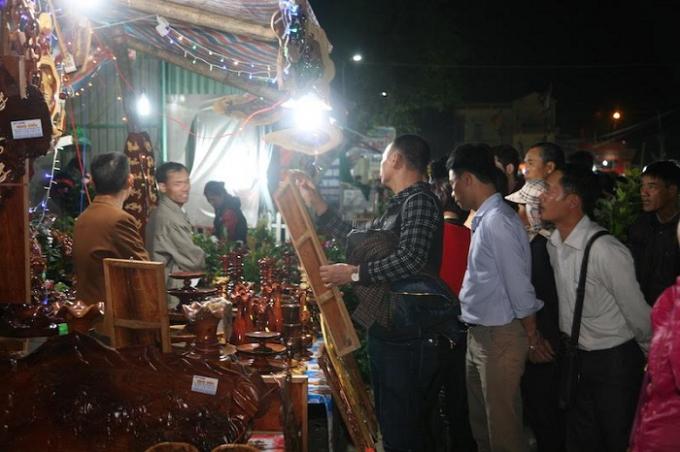 Các mặt nàng được người mua, kẻ bán nhộn nhịp tại chợ Viềng.
