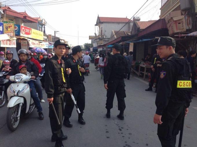 Lực lượng CSCĐ trải khắp các nẻo đưởng dẫn tới chợ Viềng phân luồng giao thông, đảm bảo an ninh trật tự tại đây.