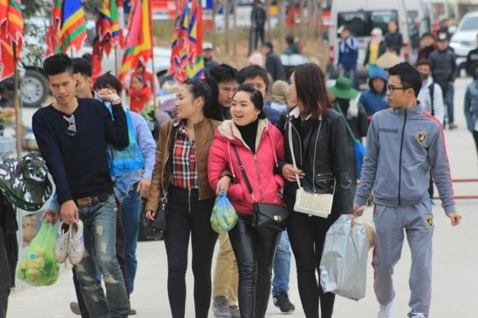 Du khách đến với hội xuân Yên Tử năm nay sẽ phải đi bộ, hoặc là đi xe điện quãng đường khoảng 2km vào khu vực diễn ra lễ khai hội.