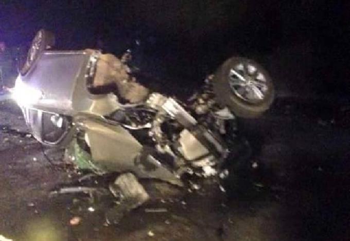 Hiện trường vụ tai nạn, một trong hai chiếc ô tô biến dạng hoàn toàn sau vụ tai nạn.