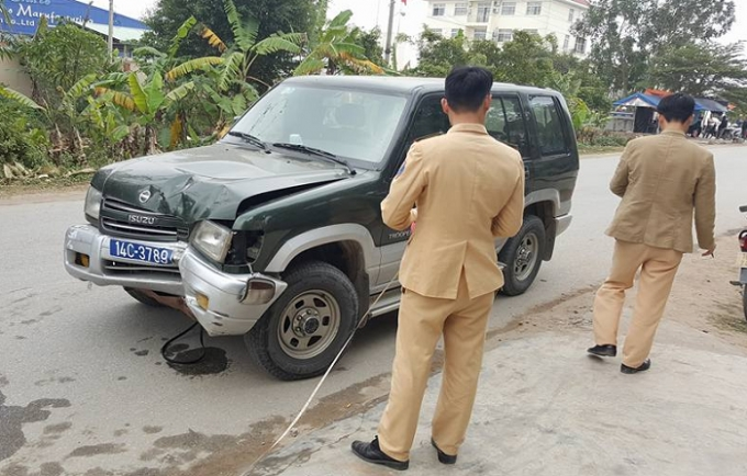 Chiếc xe gây tại nạn được lực lượng chức năng tiến hành khám nghiệm.