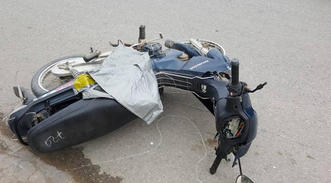 Nạn nhân tử vong tại chỗ, chiếc xe máy bị hư hại nặng.