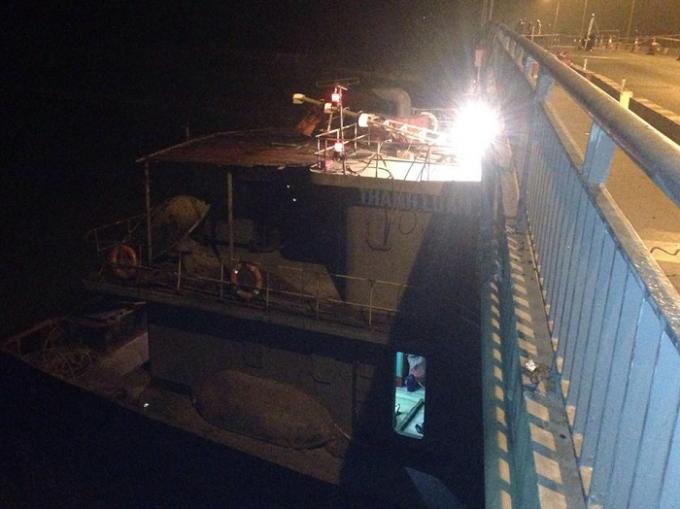 Tàu thủy 3000 tấn đâm va rồi mắc kẹt ở cầu.