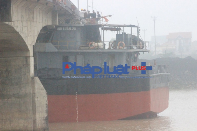 Cận cảnh tàu Thành Luân 28 đâm trực hiện thân cầu.