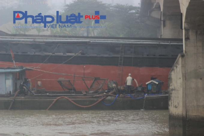 Các tàu áp mạn vẫn tiến hành bơm hút nước để giáp tàu đỡ thân cầu.