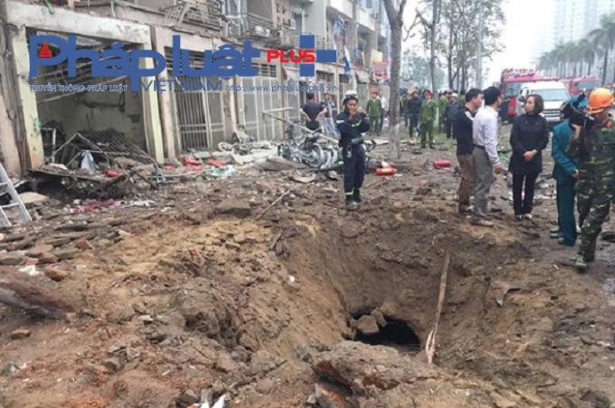 Vụ nổ đã tạo một hố đất có đường kính khoảng 2m và phá hủy nhiều tài sản xung quanh.