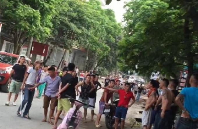Hàng chục thanh niên gây ra vụ truy sát kinh hoàng khiến cho hàng trăm người dân hoảng loạn (Ảnh cắt từ clip).
