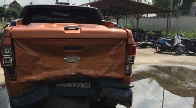 Một chiếc xe bán tải khác cũng bị hư hại phần đuôi xe.