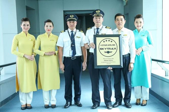Đại diện hãng hàng khôngVietnam Airlines đón đón nhận chứng nhận từtổ chức đánh giá các hãng hàng không độc lập Skytrax.