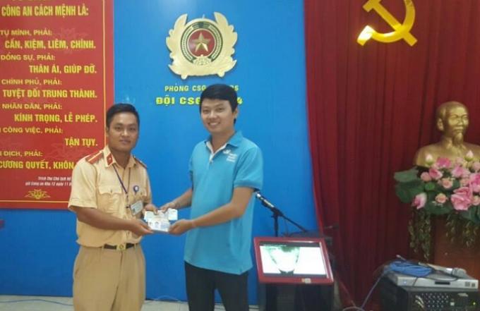 Cán bộ chiến sĩ CSGT đội 4 trao trả lại tài sản cho anh Minh.