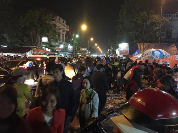 Đoàn người càng ngày càng đông trong đêm mưa phùn.