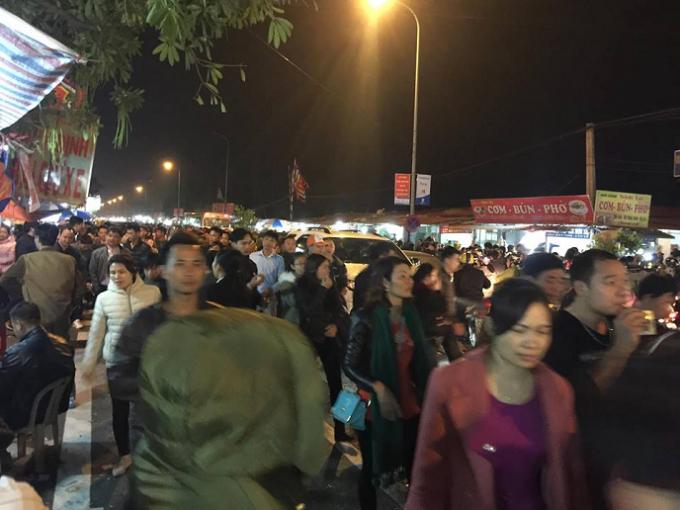 Nam Định: Dòng người kẹt cứng, gào thét trong mưa tại Hội chợ Viềng