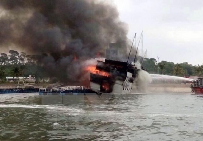 Nhiều vụ việc cháy tàu du lịch xảy ra trong thời gian gần đây tại Quảng Ninh (Ảnh TTXVN).