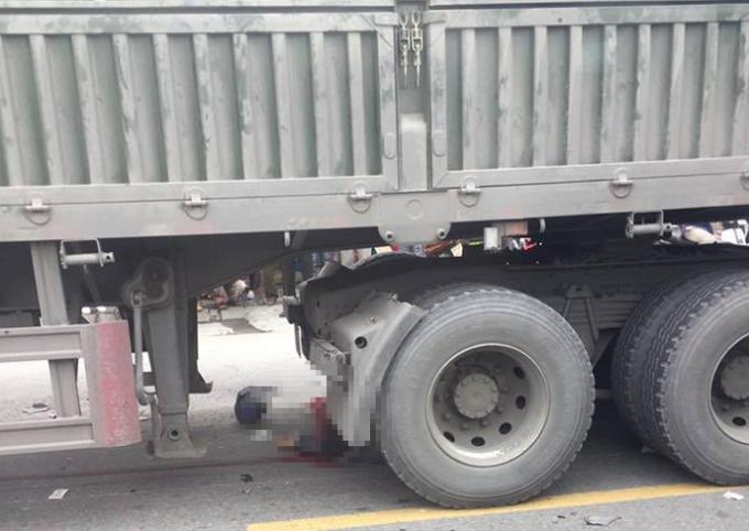 Một nạn nhân bị cuốn vào gầm xe tử vong tại chỗ.