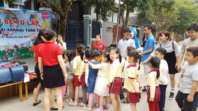 Các bé được các bạn trẻ TP Hải Phòng hướng dẫn tham gia các nội dung trong chương trình.