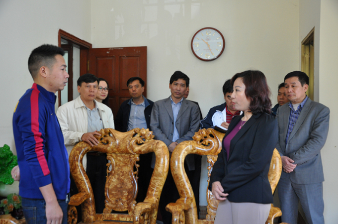 Phó chủ tịch UBND tỉnh Quảng Ninh-Vũ Thị Thu Thủy kiểm tra hoạt động kinh doanh của một đơn vị kinh doanh dịch vụ du lịch (Ảnh Báo Quảng Ninh).
