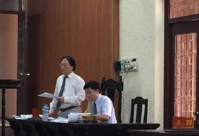 Luật sư Bảo và Luật sư Hải tranh luận tại tòa.