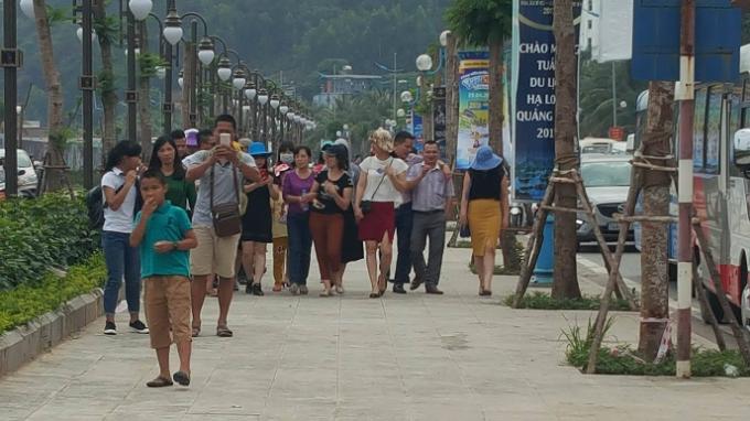 Đoàn du khách tiến về bãi tắm Bãi Cháy.