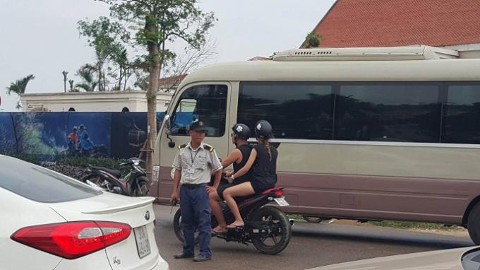 Lực lượng bảo vệ phân luồng giao thông.
