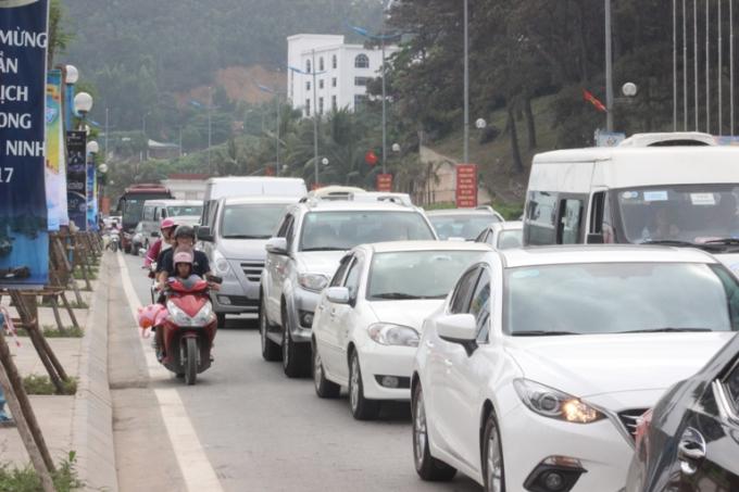 Tuyến đường hướng về bãi tắm nêm chặt các dòng phương tiện giao thông.
