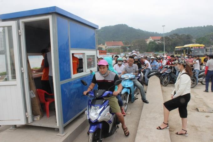 Ách tặc tại các điểm xe máy vào khu vực bãi tắm.