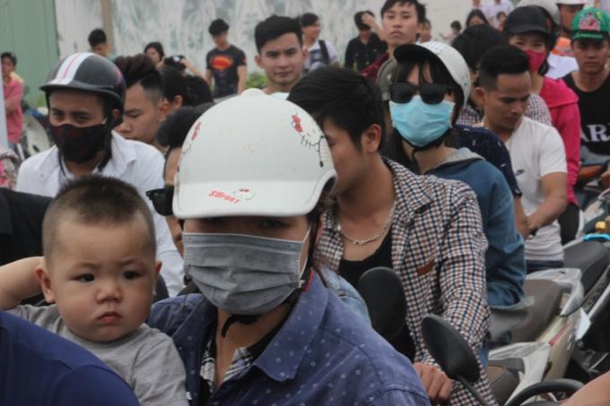 Quảng Ninh: Biển người trên bãi tắm ở vịnh Hạ Long