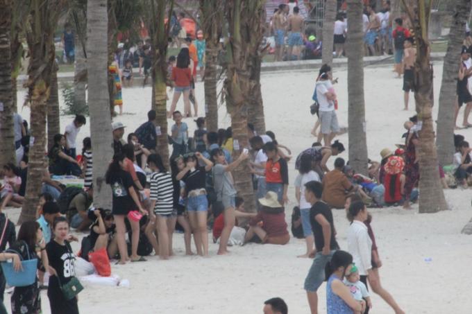 Bãi cát phủ kín đoàn người từ khắp nơi đổ về.