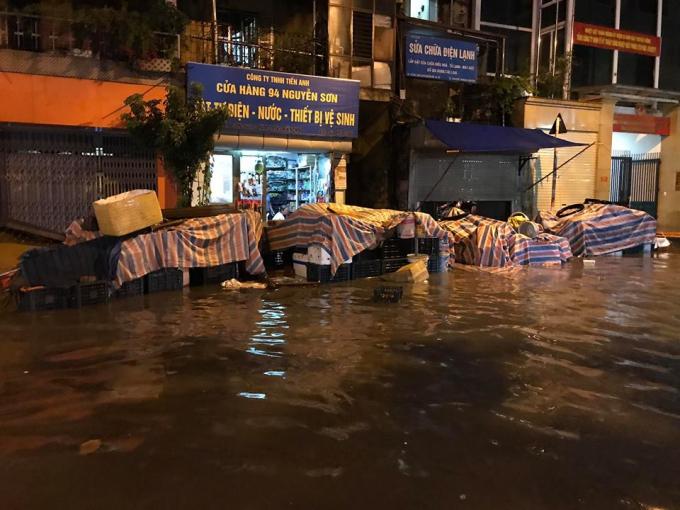 Nước ngập tại nhiều tuyến phố khiến cuộc sống của người dân bị đảo lộn.