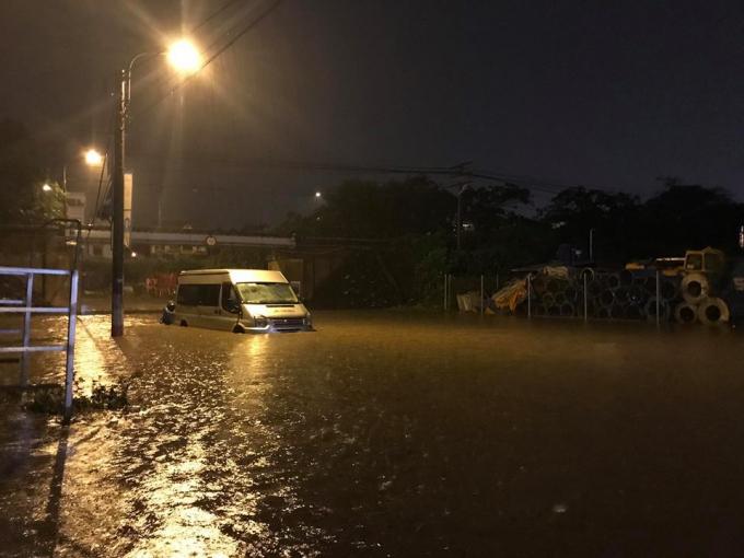 Một chiếc ô tô chết máy do nước ngập quá sâu.
