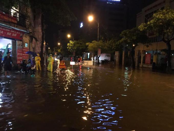 Hà Nội mưa lớn, nhiều nơi phải lập barie để cảnh báo người dân