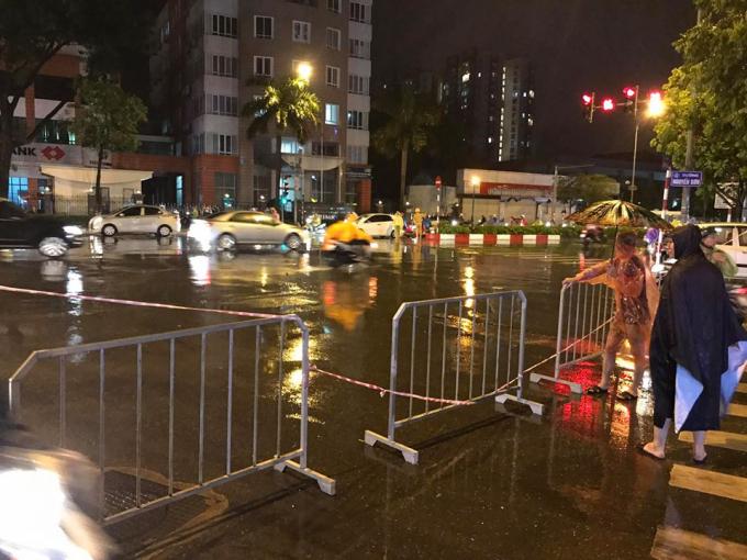 Nhiều tuyến phố phải dựng cả hàng rào barie để cảnh báo người dân trước các điểm ngập úng.