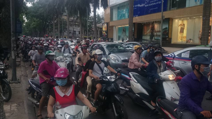 Vụ tai nạn khiến cho phố Bà Triệu ách tắc cụ bộ.