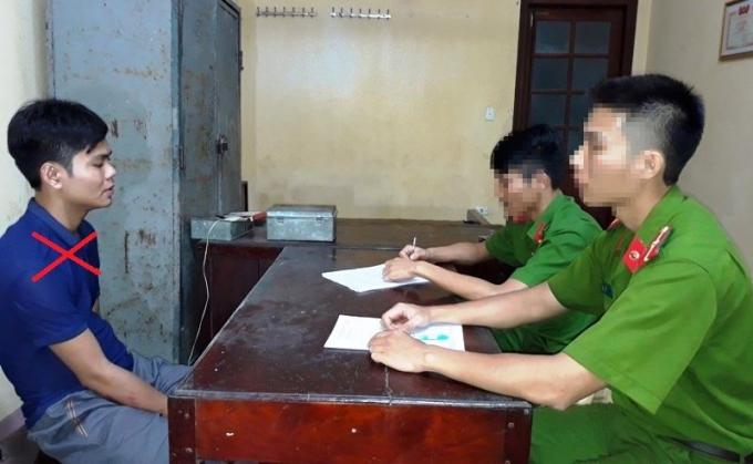 Lực lượng chức năng lấy lời khai từ đối tượng Trần Xuân Quang (Ảnh do công an Hà Nam cung cấp).