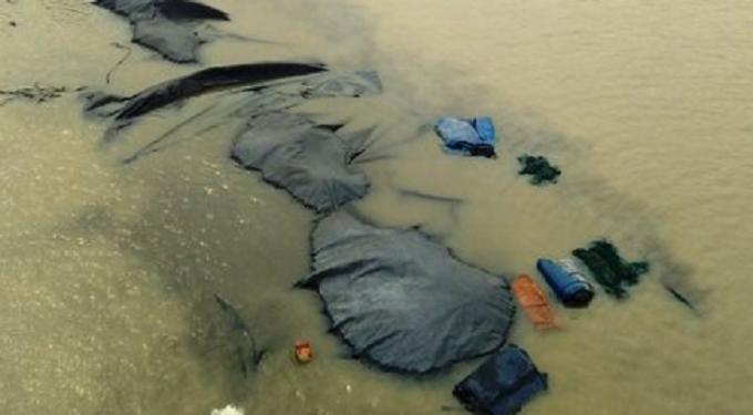 Toàn bộ sà lan và hơn 1.000 tấn than bị chìm trên sông Chanh.