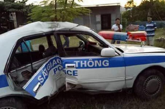 Chiếc xe CSGT bị lật và hư hại, khiến hai chiến sĩ CSGT bị thương.