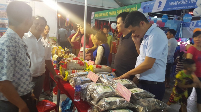 Ngoài các chương trình văn nghệ đặc sắc, các gian hàng giới thiệu sản phẩm tiểu biểu của địa phương cũng thu hút đông đảo du khách.