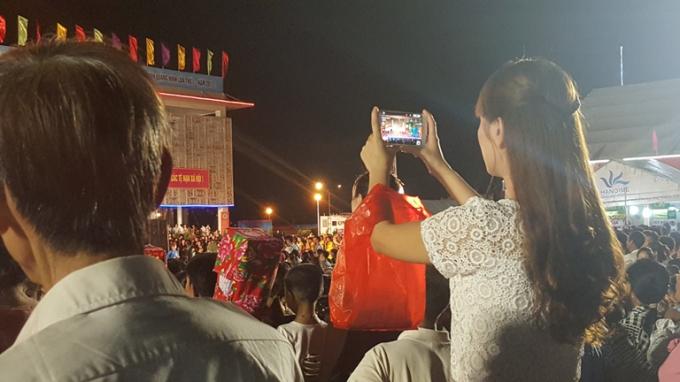 Một bạn trẻ ghi lại hình ảnh đáng nhớ trong đêm khai mạc.