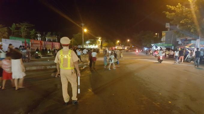 Lực lượng CSGT phân luồng giao thông tại khu vực diễn ra đêm khai mạc.