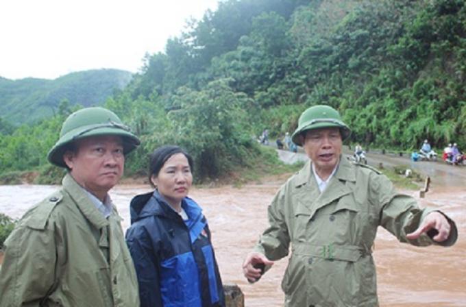 Chủ tịch UBND tỉnh Quảng Ninh Nguyễn Đức Long (bìa phải) chỉ đạo công tác phòng chống mưa lũ trên địa bàn huyện Hoành Bồ.