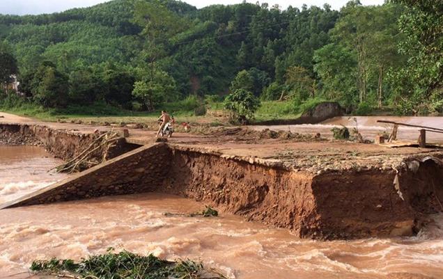 Một cây cầu tràn tại huyện Ba Chẽ bị gãy gây chia cắt đến tình hình giao thông đi lại.