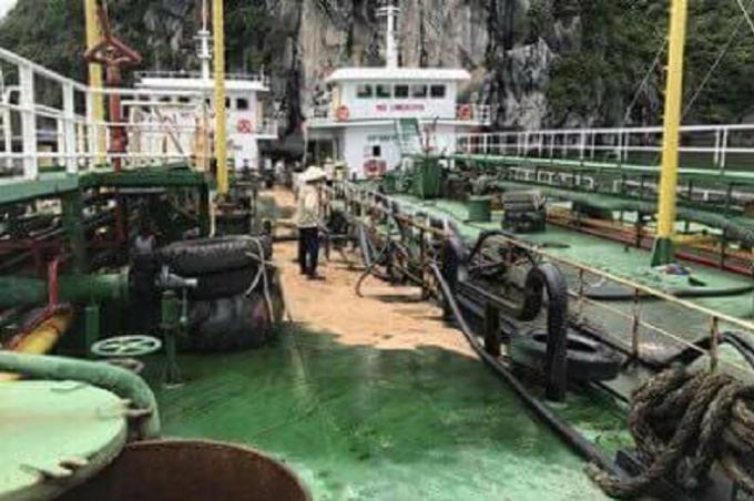 Khoảng 200 lít dầu bị tràn trên khoang tàu và chảy xuống biển.