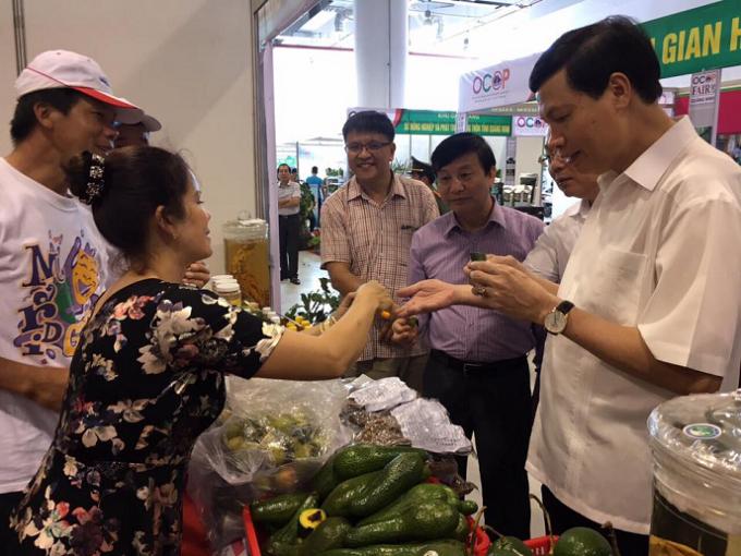Chủ tịch UBND tỉnh Quảng Ninh, Nguyễn Đức Long kiểm tra các sản phẩm tại Hội chợ.