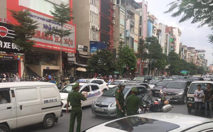 Vụ tai nạn khiến cho tuyến đường Xã Đàn ách tắc cục bộ.