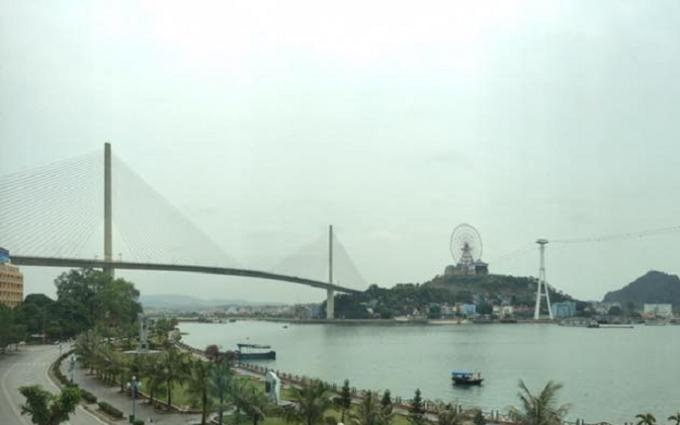 Cây cầu Bãi Cháy có thành cầu cao 50m so với mặt nước biển.