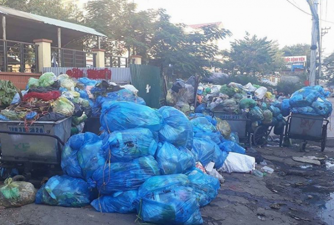 Những hình ảnh phản cảm do lượng rác ùn ứ tại nhiều ngả đường TP Hạ Long.