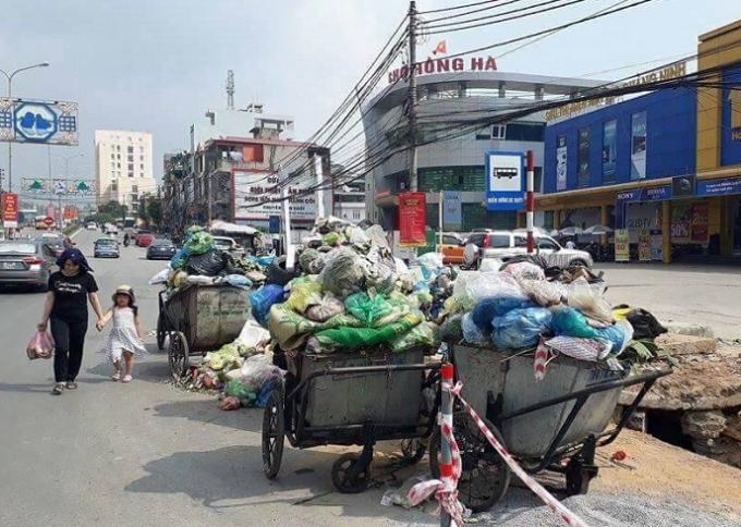 Rác tập trên ngay trên đường, gây ảnh hưởng đến an toàn giao thông TP.