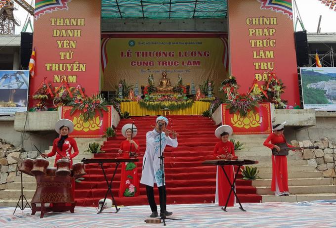 Chương trình nghệ thuật đến từ đoàn nghệ thuật thuộc Công ty CP Phát triển Tùng Lâm biểu diễn tại buổi lễ.