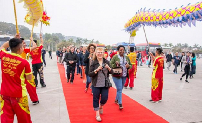Đoàn du khách thăm quan Vịnh Hạ Long trong ngày đầu tiên của năm mới được chào đón bằng nhiều chương trình văn hóa nghệ thuật đặc sắc.