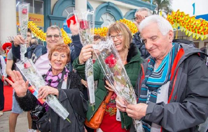 Du khách phấn khởi trước màn chào đón đặc biệt cùng những món quà đầy ý nghĩa.